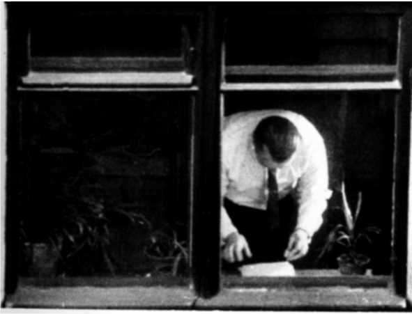 Пеньковский фотографирует секретные документы на подоконнике