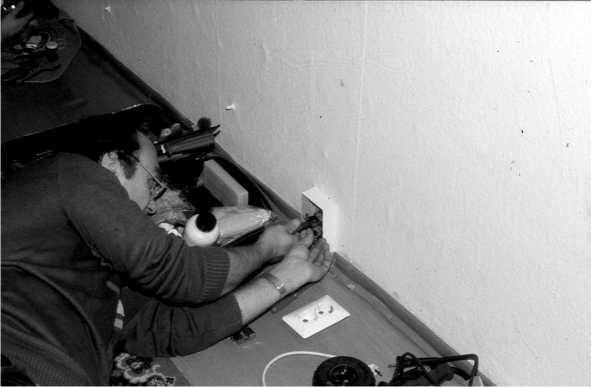 Техник TSS устанавливает сетевую закладку